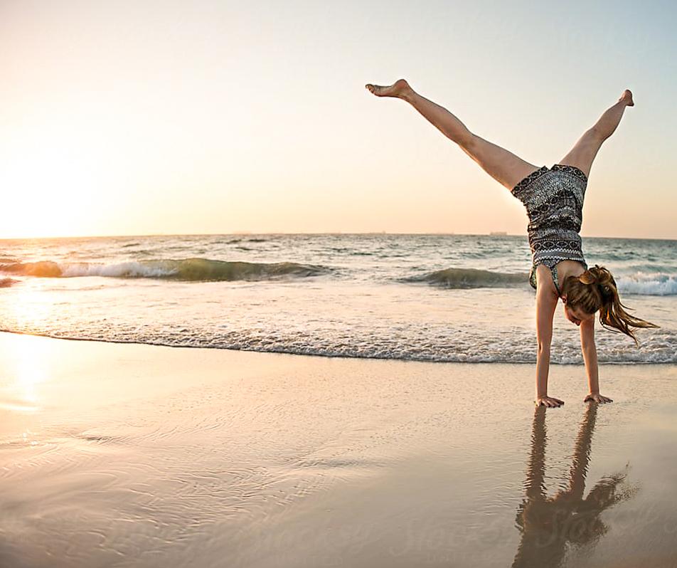 Ragazza che fa ginnastica in spiaggia a Jesolo.