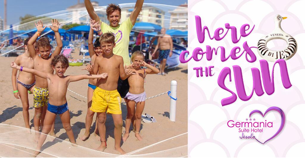Bambini nella spiaggia privata del Germania, a Jesolo, assieme agli animatori.