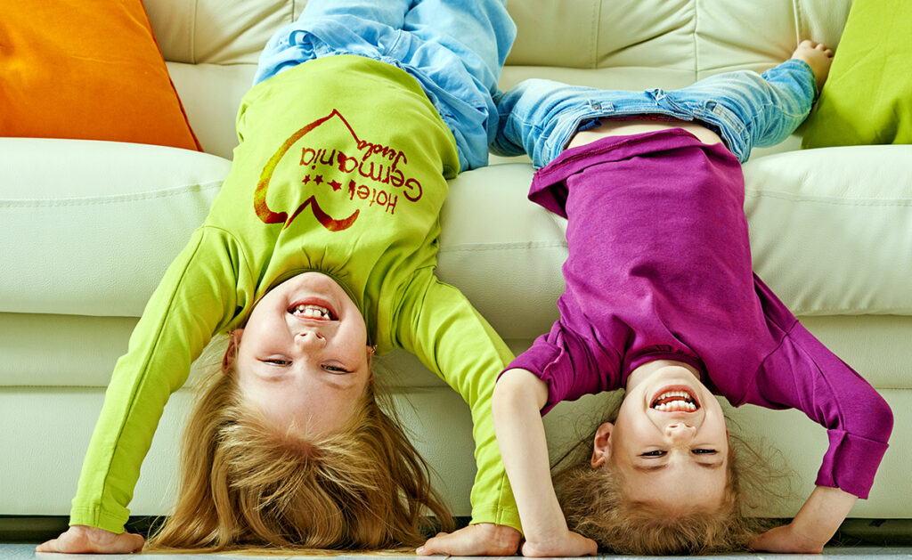 Bimbi a casa che giocano sul divano