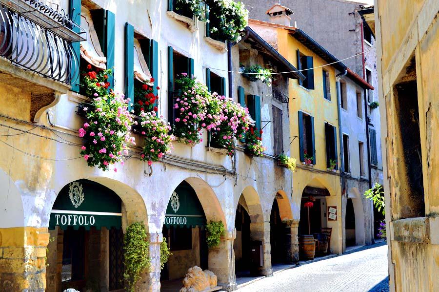 le splendide stradine medievali di Asolo, in Veneto.