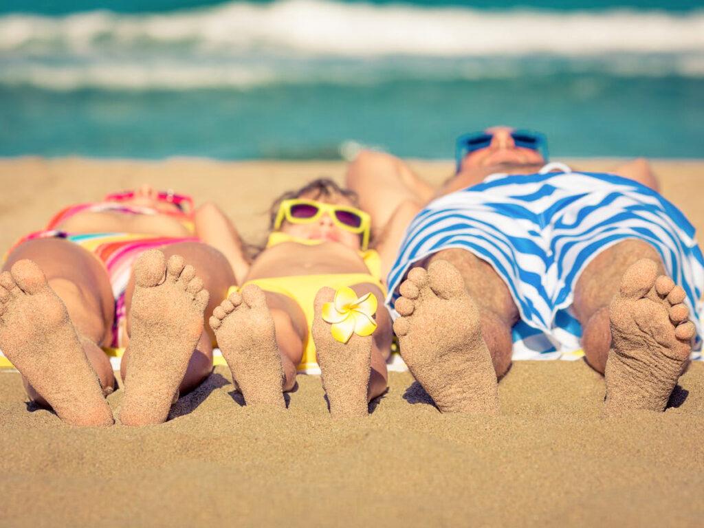 In spiaggia in vacanza, sdraiati sulla sabbia di fronte al mare